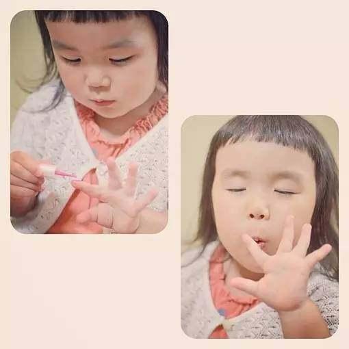 4岁的小女孩用她超级可爱的表情,开心表情圈朋友包二律红遍图片