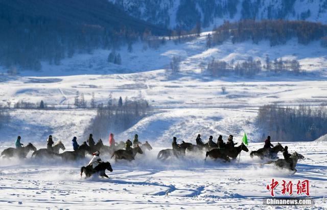 新疆牧民茫茫雪原中策馬揚鞭迎新年