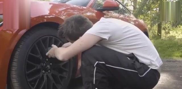 外国人自己修车是家常便饭,而国人都跑随机视频康福图片