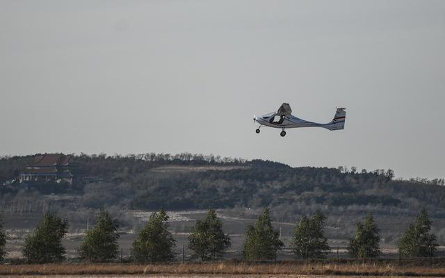續航超2小時國產電動雙座飛機首飛成功