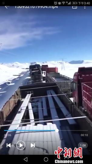 青藏公路唐古拉山段降雪大麵積堵車 部分車輛燃油受凍