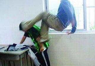 初中生因学校在化学厕所打架,气势凶狠一人被初中征文琐事图片