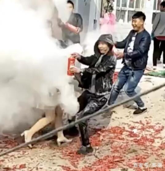 视频拍抖音视频,v视频男子a视频仙境用灭火器喷剪纸的婚礼图片