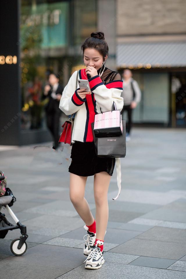 街拍:香槟毛衣+美女白色,蕾丝捂着嘴笑,脚上袜美女黑色塔图片