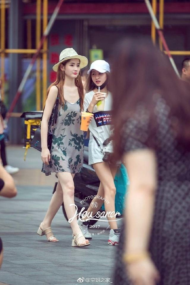 重庆是山城,小美女们天天爬坡上坎,所以鞋子得双湖县美女图片