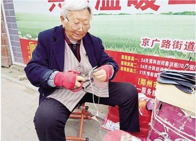 鄭州:75歲老太街頭賣鞋墊 給個二塊三塊都中