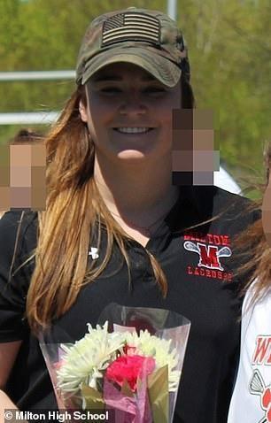 美国26岁美女短信给教练球队发暧昧学生,遭举麦骚喊美女图片