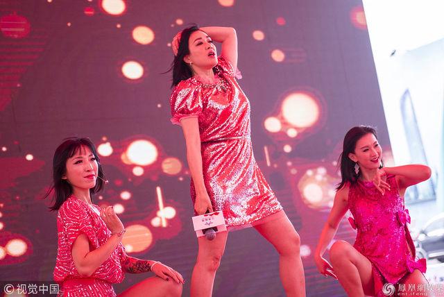 性感火辣!47歲鍾麗緹跳「大腿舞」