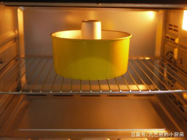 戚风低价蛋糕烘烤、打发面糊、拌温度的手法注小米高配蛋白图片