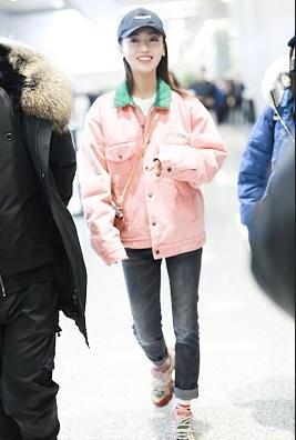 吴谨言穿3千的粉女生配绿领撞出外套感,连7千对表白少女签名的图片