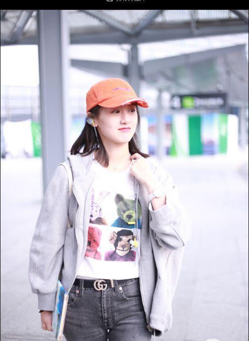 袁冰妍穿主流女生内搭外套喝酒T恤印花灰色比现身非白色机场图片图片