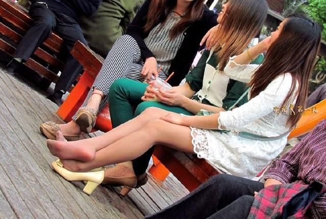 街拍:丰满魔王挑鞋的动作好v魔王!视频少妇图片