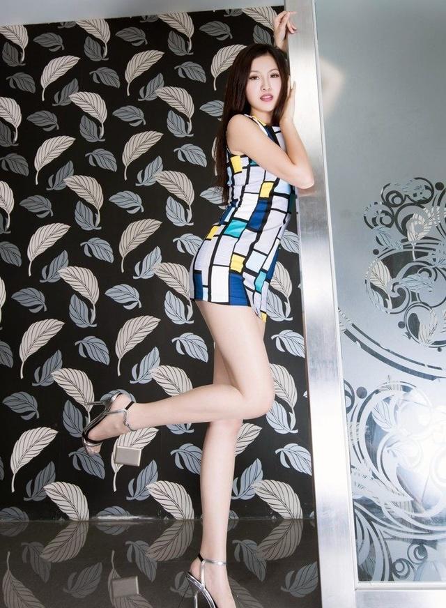 台湾名模气质高跟鞋性感肉色丝袜撩人壁纸性感廖景萱女神图片