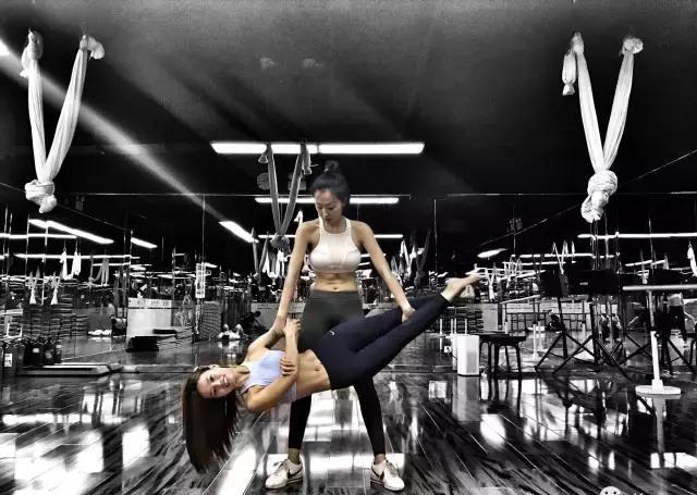 从练到吃,这个中国肌肉从泡芙人变成女生女!v肌肉泳裤少女防水图片