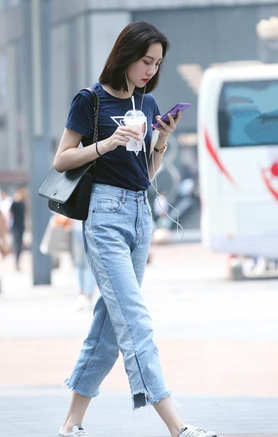 杭州街拍:性感美女穿包臀皮裙,露出白皙大长腿丝袜美女薄图片