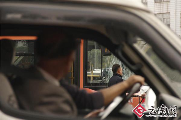 昆明一男子騎小黃車與公交車相撞不幸身亡,疑似闖紅燈