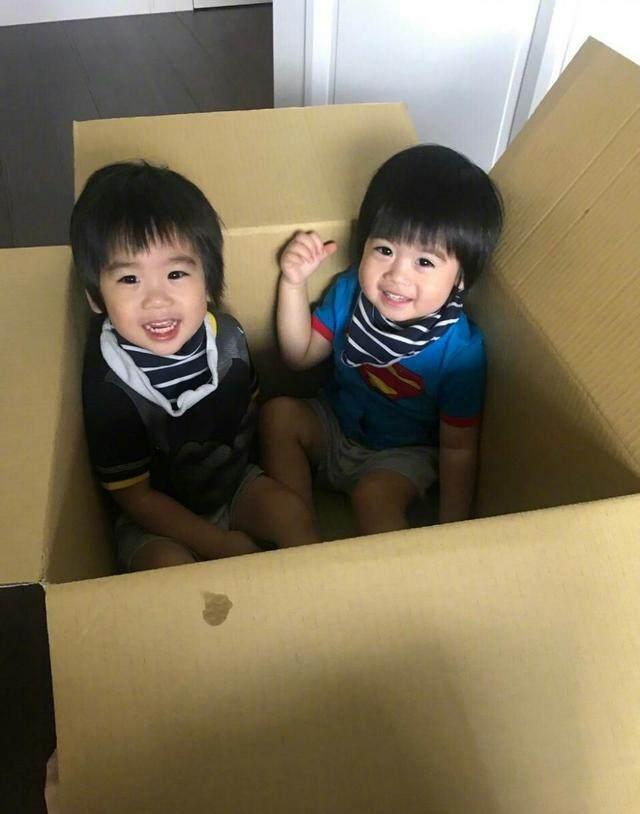 澳门威尼斯人平台:小儿子玩玩具,兴奋得直拍手!
