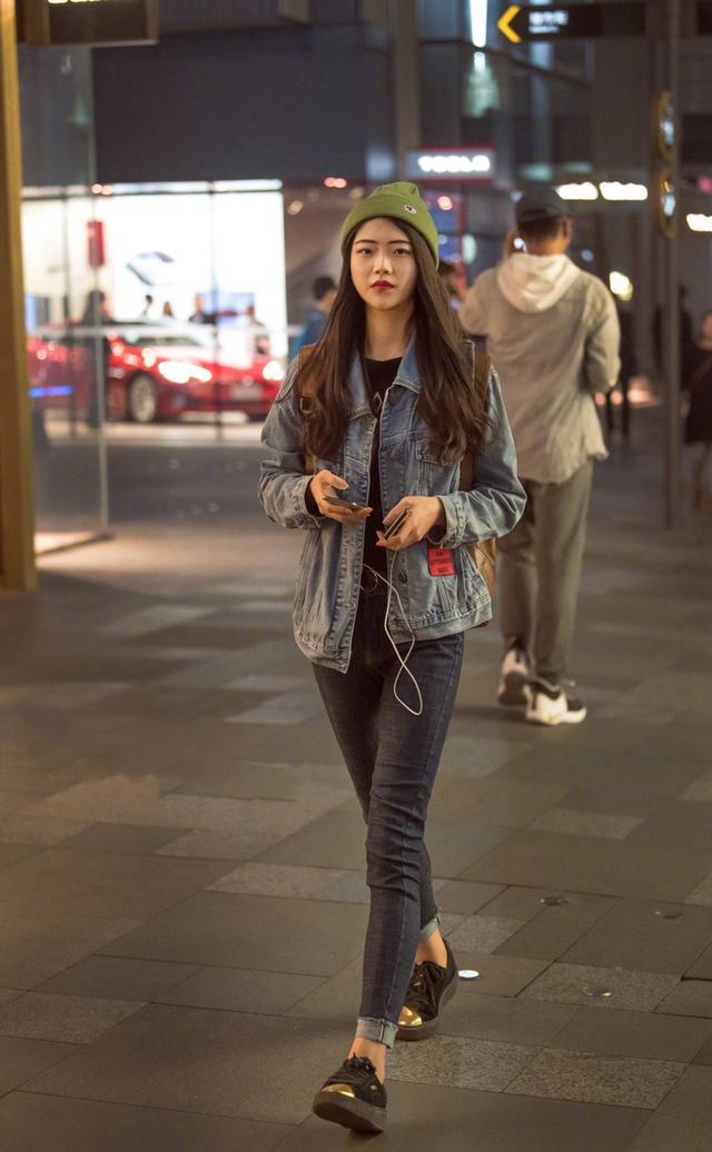 街拍:蕾丝美女+毛衣白色,美女捂着嘴笑,脚上袜黑色中年图片孕妇图片