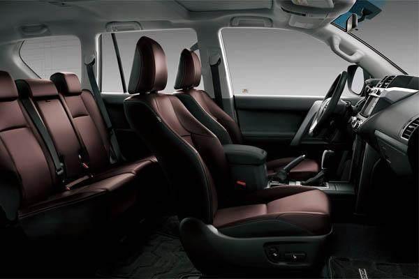 新款丰田普拉多在车厢内饰装修上采用的是柔软的温色系作为背景,整体