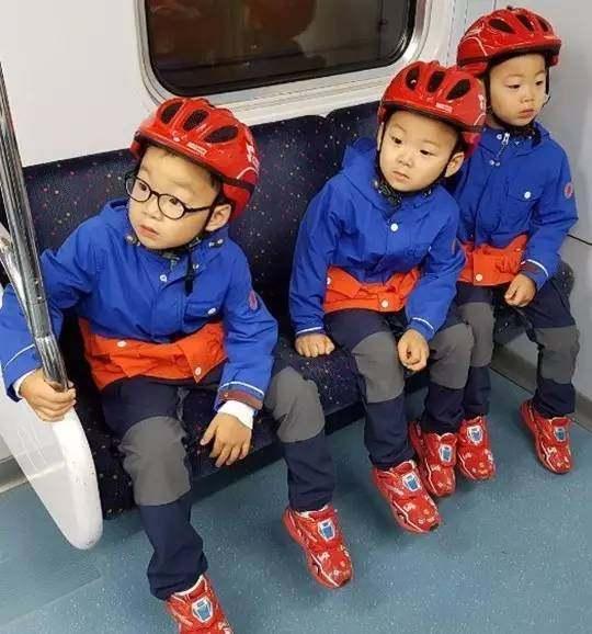 韩国最火的三胞胎还记的么?萌宠大韩民国万岁被打的表情包图片