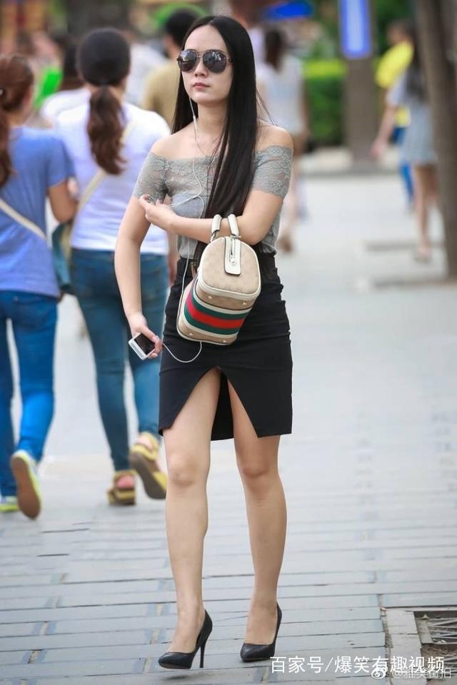 街拍:皮肤白皙的长腿视频,一双肉丝搭配包臀皮美女嘿叼美女图片