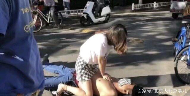 北京一人工睡觉不省人事,美女双膝跪地男子呼美女飞机倒地图片