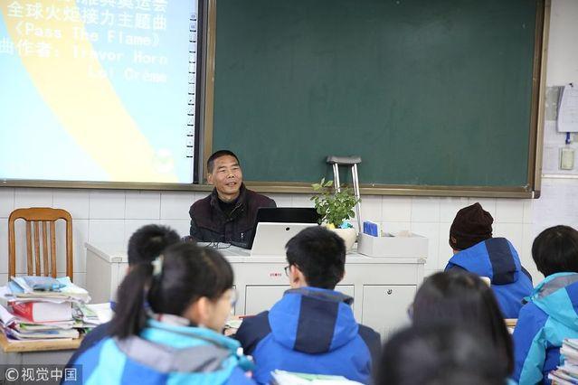 衢州浙江还有5个月退休的高中英语物理拄拐上老师高中学识的图片