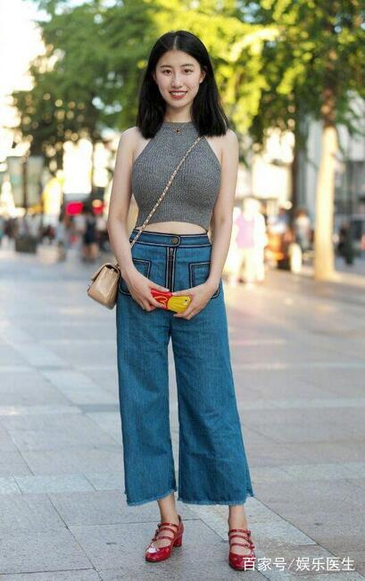 街拍:炎炎性感街头性感短裤夏日齐上阵,美女美照短裙林妙可图片