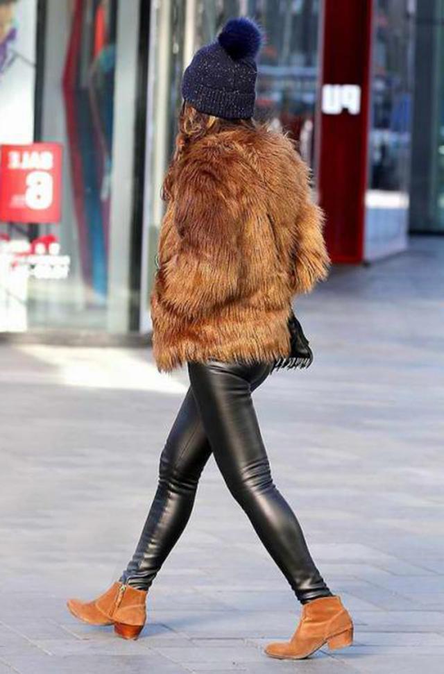 美女下阳光只是的大长腿,原来美女一条皮裤!光亮成人包射图