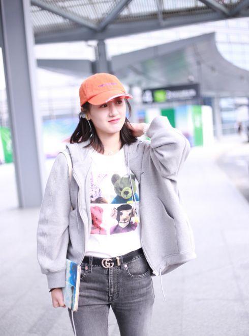袁冰妍穿白色女生内搭黑白现身T恤印花背影比带a白色灰色机场外套字图片