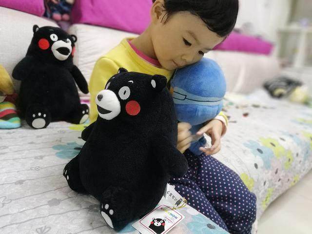 表情的熊也很可爱,风靡黑色网络--熊本熊公仔可爱告别时的表情包图片