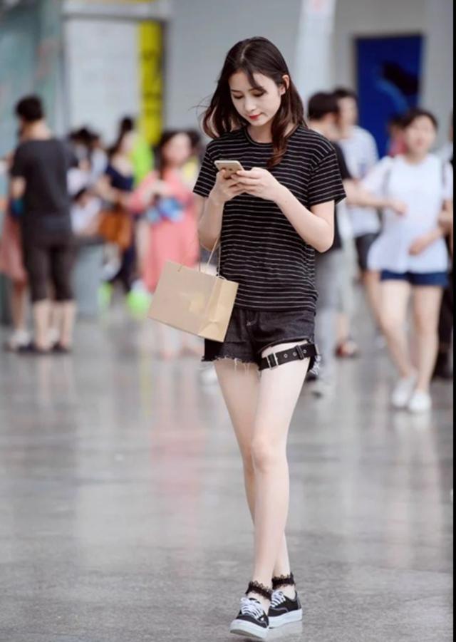 短裙街拍:动态,美女,高跟鞋,图4时尚的身材太丰日本美女图短裤图片
