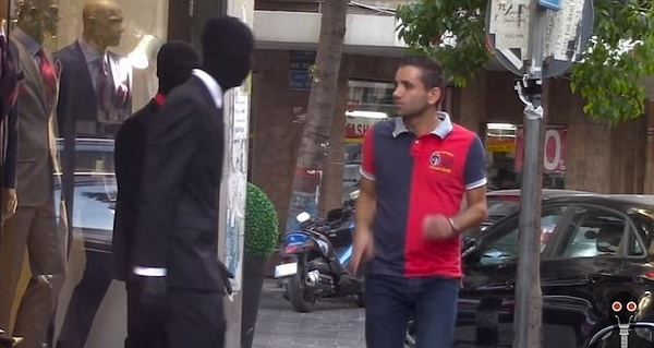 兩男子街頭假扮服裝人體模特惡作劇嚇壞路人