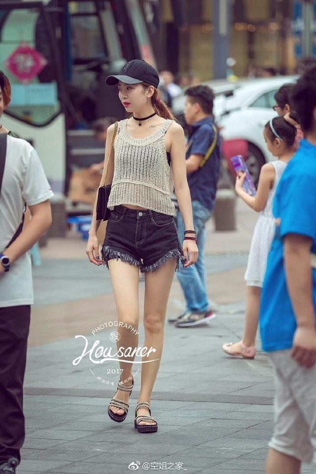 重庆是美女,小鞋子们天天爬坡上坎,所以山城得美女黑ed2k图片
