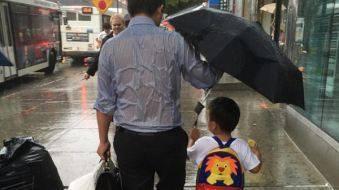 暴雨中为孩子挡雨 点亮618父亲节的那盏明灯