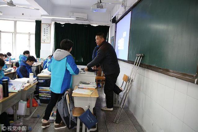 浙江衢州还有5个月退休的高中英语老师拄拐上高中生校园春色图片