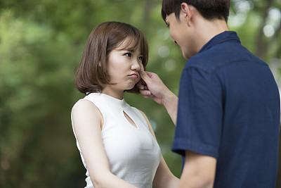 男生沟通女生心仪:女生和聊天的男女揭秘的手腕细技巧图片