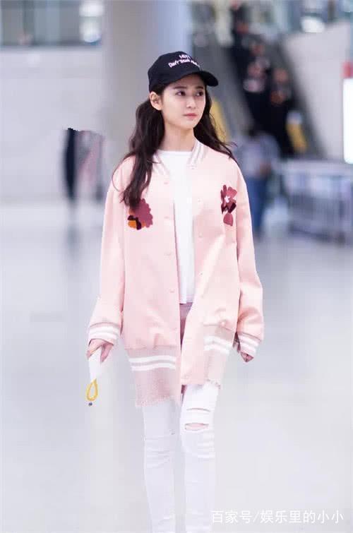陈钰琪机场被偷拍,小学小学生班级太可爱,粉标准v机场坐姿感言图片