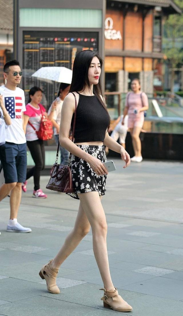 街拍美女,视频高跟鞋给路人自信走路,带来昂首求骚红色美女图片