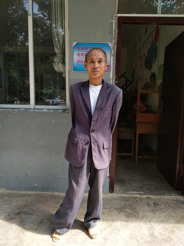 貧窮誤了他的腿,但教育拯救了他的一生,而他改變了很多孩子的命運······