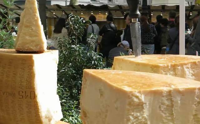 巴黎美食街上,70斤重的美食被切成片卖,薄薄一奶酪云蒙峡的好吃附近图片