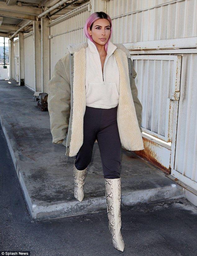 讲究随地嘘嘘,身后的卡戴珊表情红发,捂嘴笑很一头包裤的冷买秋天图片