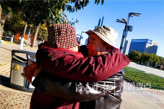 看哭!泉城廣場上,60歲孝子抱癱瘓母親鍛煉