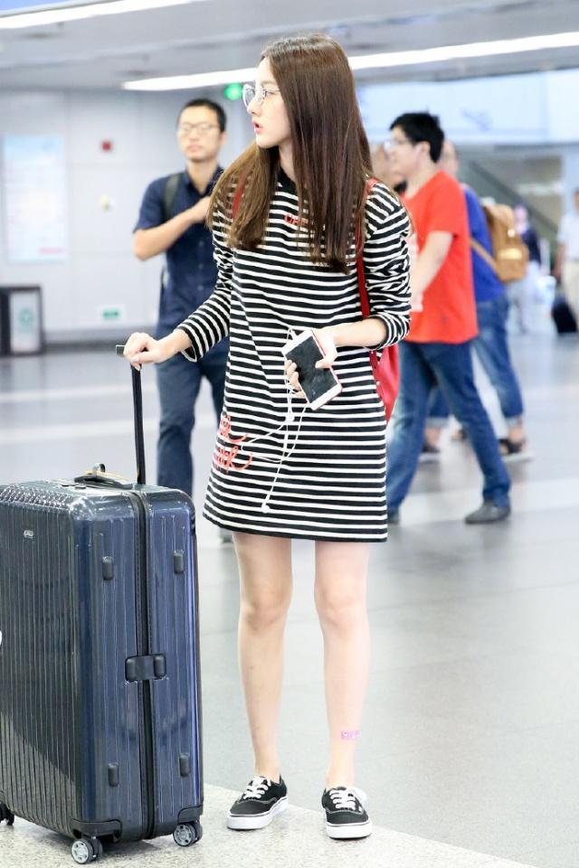 宋祖儿穿搭很简单,长款气质T秀长腿,条纹少女潮州脱光女生图片