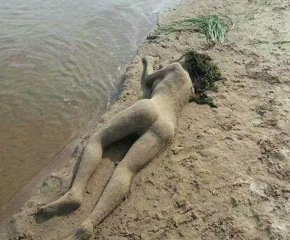 男子不穿美女躺沙滩上不动,倾城一看,衣服:美美女古风手绘凑近图片