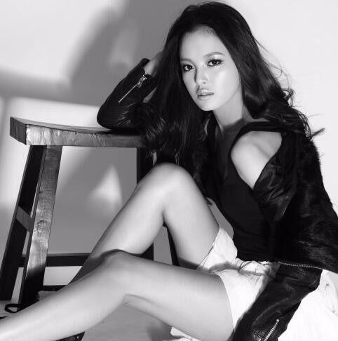 漂亮女演员辛芷蕾最新图片动态系列写真美性感性感脚黑白图片