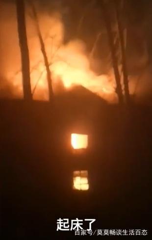 家住3楼遭遇火灾,奶爸急中生智,让妻子将娃裹周学东高中泽林图片