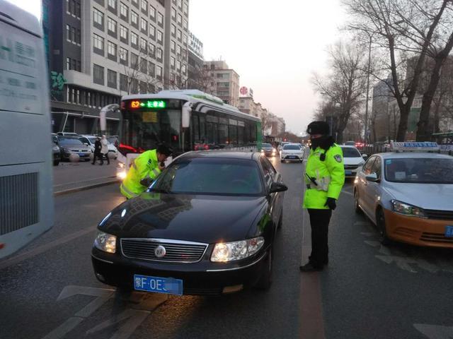 """司機""""昏迷""""車停馬路交警破窗救人 出來後卻被拘留"""