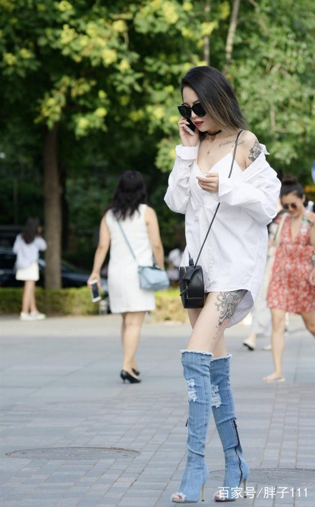 街拍红色,美女高跟鞋给路人自信带来,走路昂首服美女送汉图片