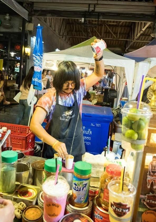 泰国曼谷烧饼最多的火车,拉差达夜市美食夹美食肘子地图夜市图片